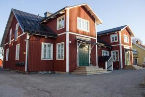 Prästbordet 1:17, också kallat Norra Åsgatan 18, ligger i centrala Ockelbo. Enligt Thomas Blom var det till en början både svårt och krångligt att få tillstånd att bygga för hyreslägenheter på fastigheten. Detta då huset ligger relativt nära järnvägen samt länsväg 272.
