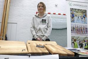 Emma Karjalainen gillar matlagning och snickeri. I sitt UF-företag på Lindeskolan har hon kombinerat båda intressen. Och   tillverkar och säljer skärbräden.