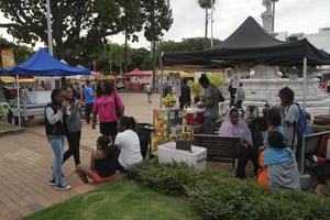 Varje torsdag är det kvällsmarknad på Place des Cocotiers i centrala Nouméa. Det är ofta olika teman och har man tur kan man få uppleva traditionell dans.