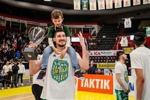 Toni Bizaca firar sitt femte SM-guld med sonen i Scaniarinken. Bild: Andreas L Eriksson, Bildbyrån.