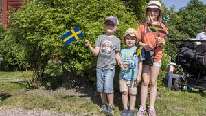 Erik, Aksel och Lykke Hilmersson viftade sina flaggor ordentligt.