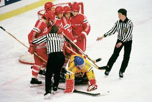 Gröna femman samlade runt Pekka Lindmark efter mål i VM 1987. Foto: International Hockey Archives/Rolle Rygin/BILDBYRÅN