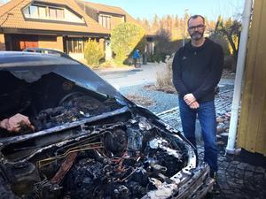 Mats Karlsvärd hade precis köpt en ny bil. Efter branden var det bara ett vrak kvar. I bakgrunden syns knúten på villan.