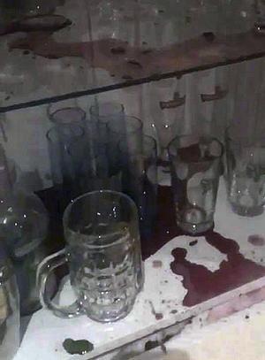 Förödelsen efter glöggexplosionen i vitrinskåpet.