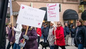 """""""Gammal tant behöver större slant"""", var ett av slagorden som syntes i det långa tåget av demonstranter."""