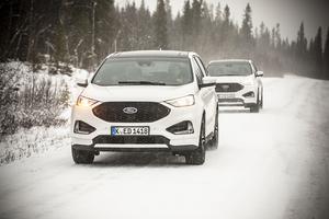 Några av de är cirka 140 motorjournalister från 11 länder på besök i Åredalen. På vägen mellan Årebjörnen och Huså.