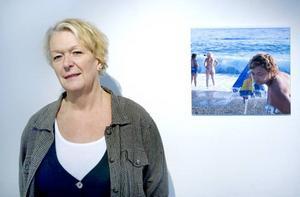 Konstnären och havet. Gunilla Rådström speglar turistträngsel i en serie fotografier från Costa Tropica.