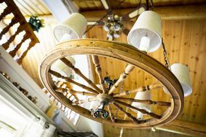Kökslampan har Bernt snickrat ihop av ett gammalt spinnrockshjul.