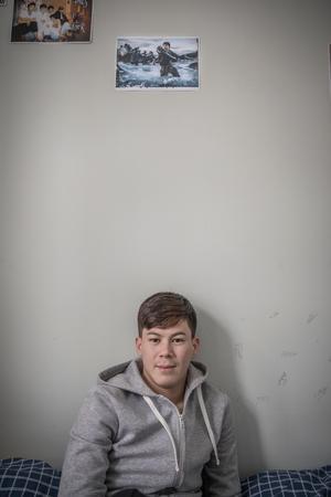 Det prisbelönta fotografiet av New York Times fotograf Tyler Hicks har Hadi satt upp på väggen i sitt rum.