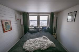 Utsikten från sovrumsfönstret på övervåningen är milsvid. Adam Kraft har hjälpt till att lägga golven i huset.