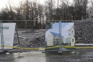ETC Bygg har inte påbörjat bygget av ett klimatsmart passivhus ännu men utlovar att det ska ske under året.