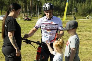 Medaljfeber. Andreas Larsson tas emot av familjen efter målgången.