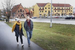 Lina Tedenbäck och Tomas Karlson arbetar med utredningar om brott i nära relation. Den senaste tiden har deras avdelning vid polisen i Norrtälje hanterat utredningar om våldtäkt mot barn, där ungdomar under 15 år haft sex med unga män över 15 år.