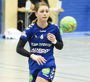 Petra Jönsson har en nyckelroll i Arbrå som spelande tränare, spelmotor och målskytt.