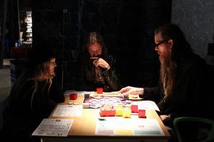 Maria Innerman, Crister Olsson och Benny Wallin är djupt inne i spelet