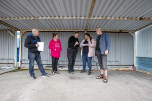 Insatsledare Åsa Nordin (rosa jacka) från FRIKK ger direktiv till en sökpatrull av frivilliga på väg ut att leta i Storvik.
