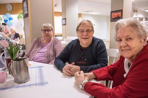 Elwy Jakobsson, Karin Rydholm och Ethel Lindahl uppskattar varandras sällskap kring lunchbordet.