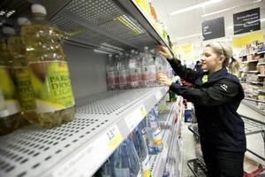 Vatten på flaska såldes i  sällan skådad mängd i Östersund. Första helgen efter kokningspåbudet tog det slut på butikhyllorna när  Östersundborna började hamstra vatten. Joanna  Fredriksson arbetade på en av stans matbutiker.