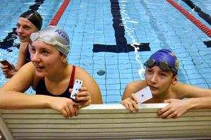 Träning. Alexandra och Andreas Thungren har fått kort som visar hur långt de ska simma.