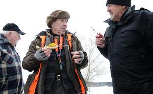 Snack om fiske. Bo Dahlström och Åke Hård diskuterar bästa fiskeutrustningen. På bilden till vänster Gösta Bergman som strax också involveras i diskussionerna.