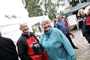 Gunnar Lindberg och Margareta Gustavsson bjöd besökarna på utsökta laxmackor.