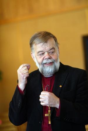 Tony Guldbrandzén, biskop i Härnösands stift är på krigsstigen och har tillsammans med biskopskollegor författat en artikel där han slår tillbaka mot vigselmotståndarna.