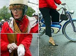 Foto: LASSE HALVARSSONSpätta. Den som inte hade någon bönpall att sitta på kunde ragga från egen moped. Ing-Britt Henriksen från Uppsala hade klätt upp sig fint för att matcha sin Novelette från -54.