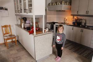 Ida Häggkvist i farmor Rose-Marie Laxbäcks kök i byn Mjösjö. När strömmen kommer tillbaka dit är oklart. Vedspisen brinner i köket.