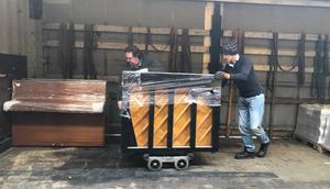I onsdags lastades tio pianon vid  Örebro Pianocenter för vidare transport till skolor i Jekabpils kommun i Lettland.