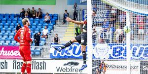 Daniel Svensson kan bara se på när Ilir Berisha förgäves försöker nicka undan Trelleborgs 2-0-mål. FOTO: Bildbyrån