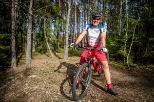Atle Hansen trivs i skogen med sin mountainbike. Tack vare Atles goda fysik  återhämtade han sig snabbt efter operationen.