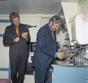 Tage Danielsson och Hasse Alfredson i AB Svenska Ords skrivarstuga i Vita bergen i Stockholm, där det var så lågt i tak att Tage  fick vicka på huvudet. Februari 1969. Foto: KG Kristoffersson
