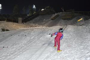Sexåriga Majken Kåla lär nog ta bestämda steg uppför hoppbacken hela kvällen. Hon har funnit sin nya favoritsyssla.