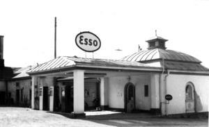 Östersunds första bensinstation som den såg ut innan den revs 1963.