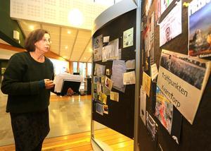 Maria Sedell visar ett axplock av texter och meddelanden som de hittat på anslagstavlor i Kumla.