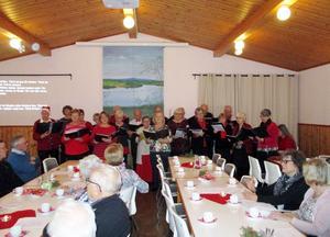 Pensionärskören under ledning av Ulrika Olsson. Foto: Ingrid Boberg