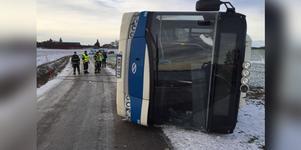 Bussen blev liggande på sida.