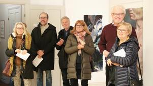 Till en början var de ett 20-tal personer i Hallsbergs konsthall när vernissagen för utställningen Tick Tack började. Och allt eftersom tiden gick droppade det in fler nyfikna besökare.