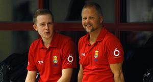 Niklas Block, tränare och teknikansvarige, tillsammans med klubbchefen Dennis Wikström ser på under en träning i Brunflobadet där Ägirs simmare tränar.