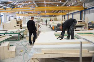 I början av januari var det helt tomt i lokalerna vid Bönavägen. Nu jobbar drygt 25 personer här, med att bygga moduler till  flervåningshus i trä.