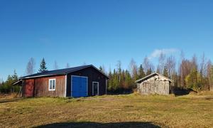 På tomten finns ett antal mindre byggnader, bland annat garage, härbre och en mindre sommarstuga. Foto: LRF Konsult