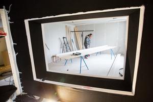 Snart är Studiefrämjandets nya studio klar, flera lager isolering och luftspalter mellan rummen när Ture Thuresson tar fram expertkunskapen.