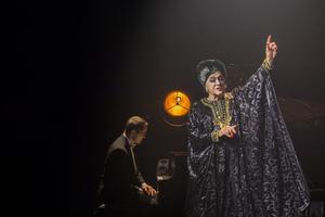 Tommy Körberg fick stående ovationer av publiken på Hjalmar Bergman-teatern i Örebro efter sin  turnépremiär för föreställningen