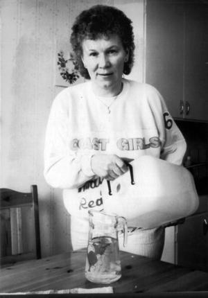 1989, efter många år av vattenproblem för Backeborna fick man nu nytt dricksvatten i kranarna. Två djupborrade bergsbrunnar med så rent vatten att det inte behöver renas kemiskt gläder Birgitta Jonsson, som nu kan sluta bära vattenhinkar från kallkällor i närheten.