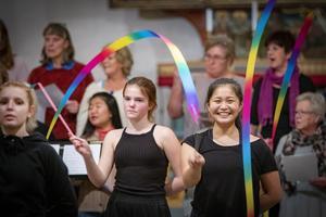 De färgade banden som Sorry no name dansar med ska symbolisera elden. På bilden syns dansarna Eira Meva-Juomi, Matilda Hellquist och Emilia Sjögren. Foto: Lennye Osbeck