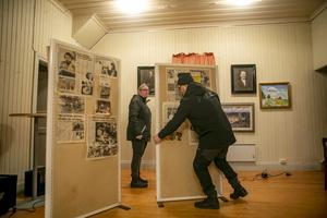 Anette och Roger visar delar av den utställning som fanns i bygdegården.