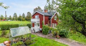 Gård i Gustafs på lummig trädgårdstomt. Foto: Lasse Bergman.