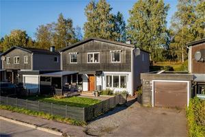 Hus i Sörvik. Altan på båda sidor av huset varav den ena med nedsänkt bubbelbad. Foto: Carina Heed.