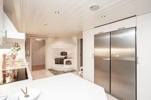 Det modernt inredda köket har även en fungerande vedspis.Foto: Länsförsäkringar Fastighetsförmedling.