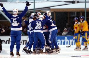Finskt jubel efter att Sami Laakkonen avgjort VM-finalen på Rocklunda 2004. En historisk dag i finsk bandy. Bild: Jonas Bilberg